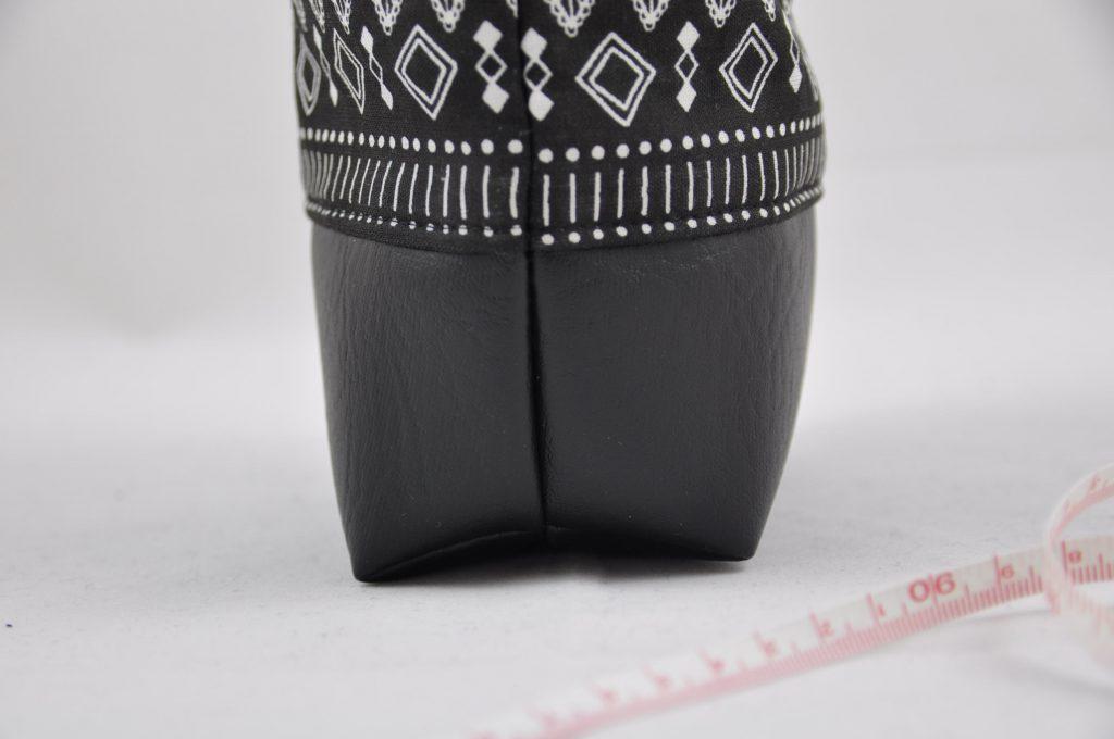 Kosmetiktasche schwarzer Boden made by Oni